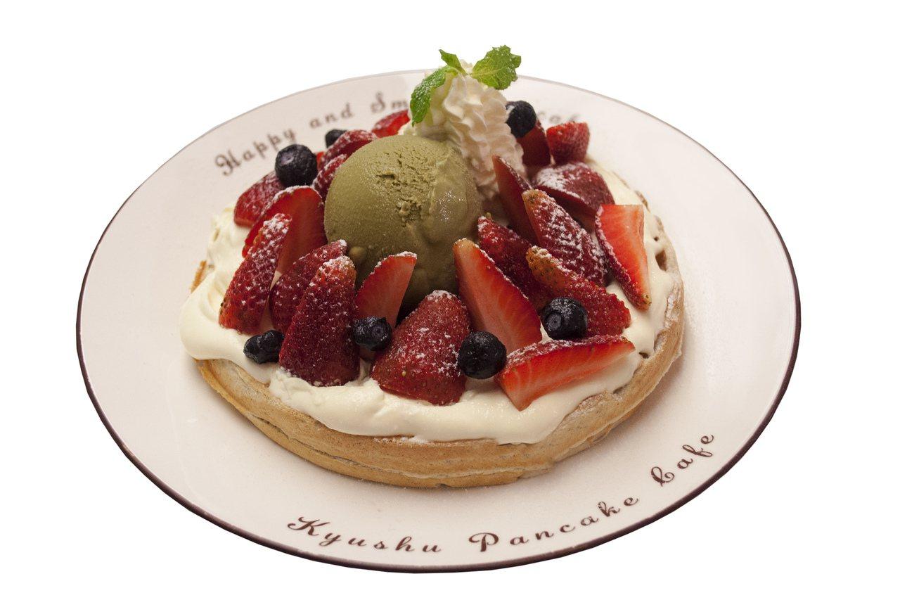 草莓抹茶派對瓦芙,售價330元。圖/九州鬆餅咖啡提供
