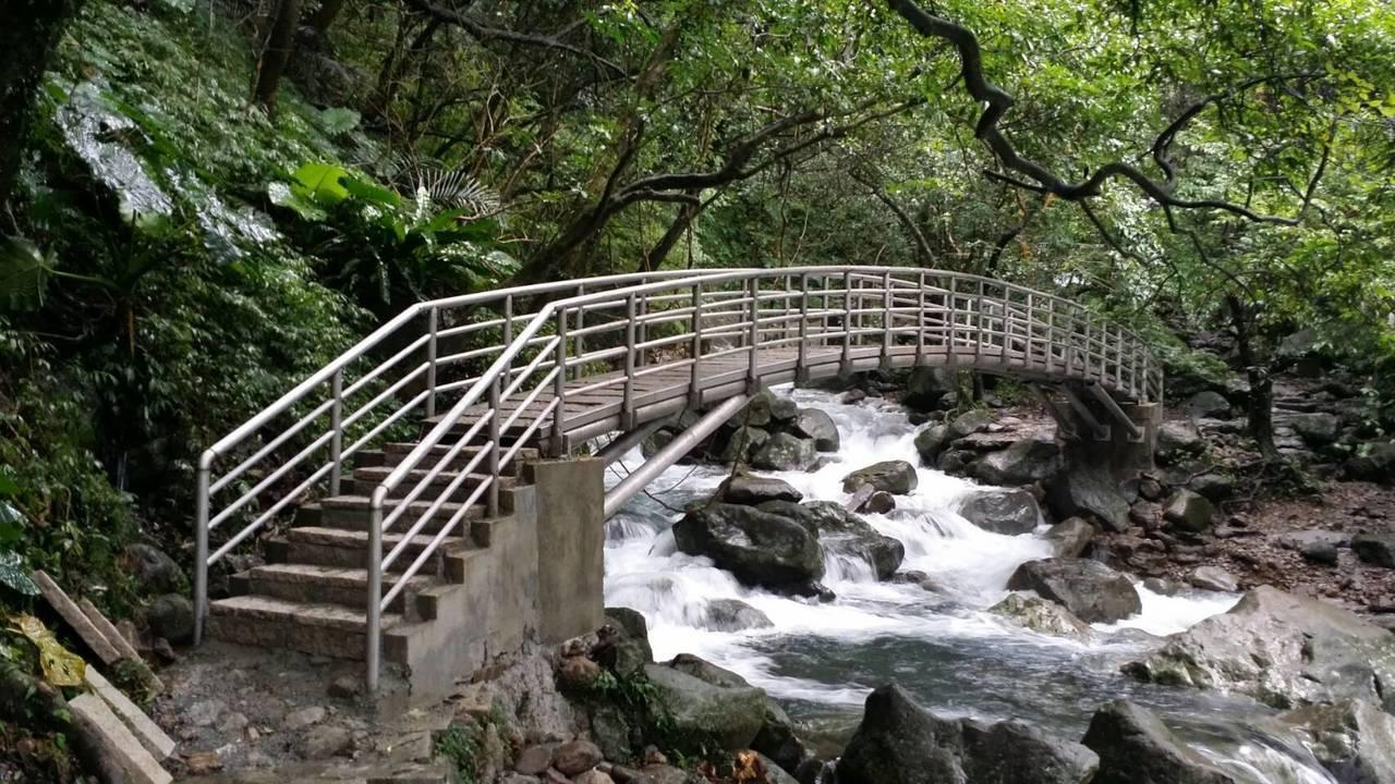 鐵橋重新設計,加高、加固,未來才不會輕易遭沖毀。圖/石門區公所提供