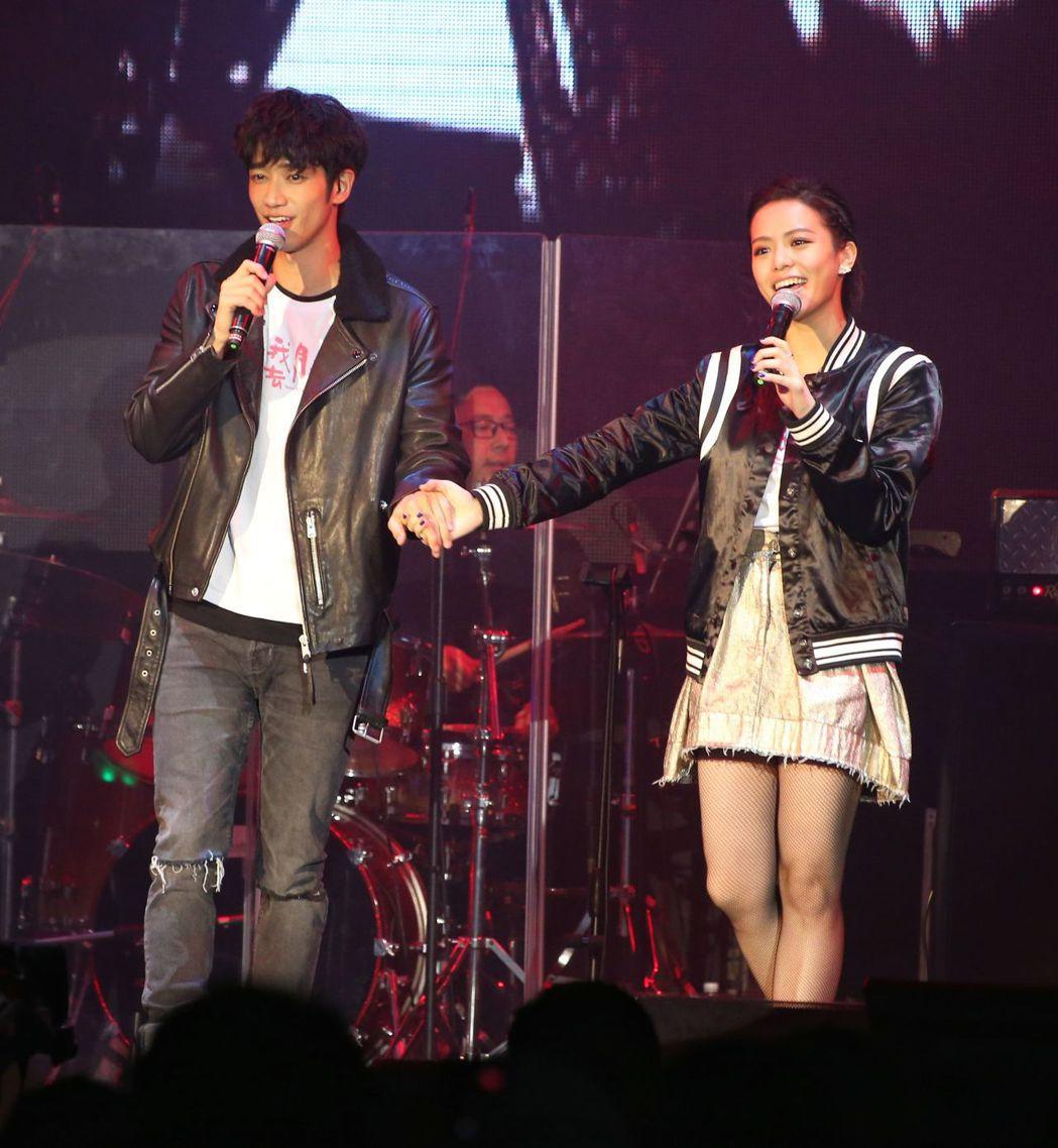 劉以豪(左)、宋芸樺(右)合唱經典歌曲。記者陳立凱/攝影