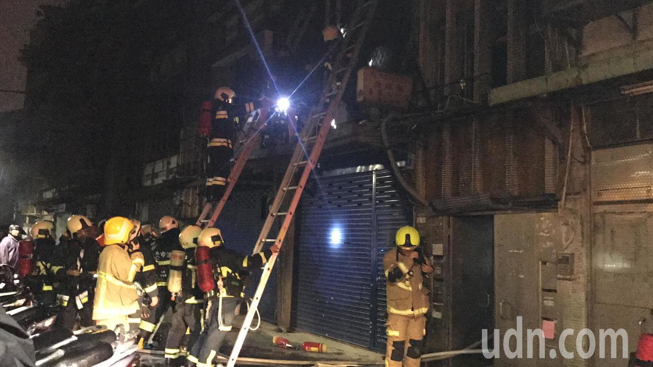 萬華康定路傳出火警,消防人員救出受困8人。記者蕭雅娟/攝影