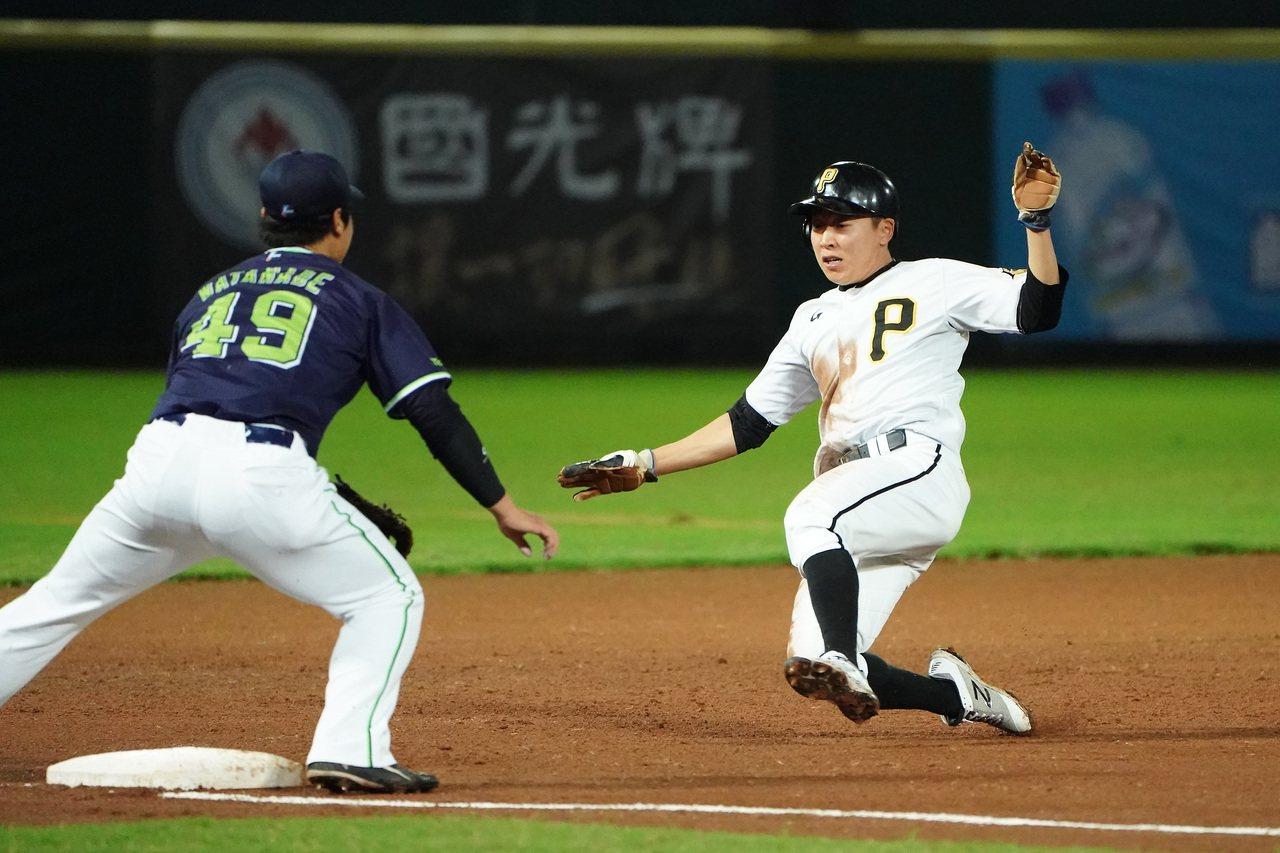 日職東軍、韓職聯隊之戰,韓職因為內野失誤造成輸球。圖/中職聯盟提供