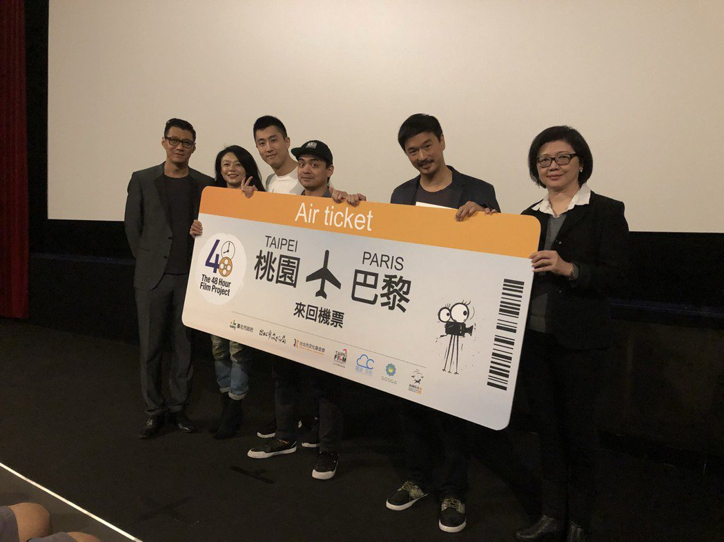 聶雲(左一)和影委會總監(右一)頒發法國來回機票給首獎得主。圖/傑星提供