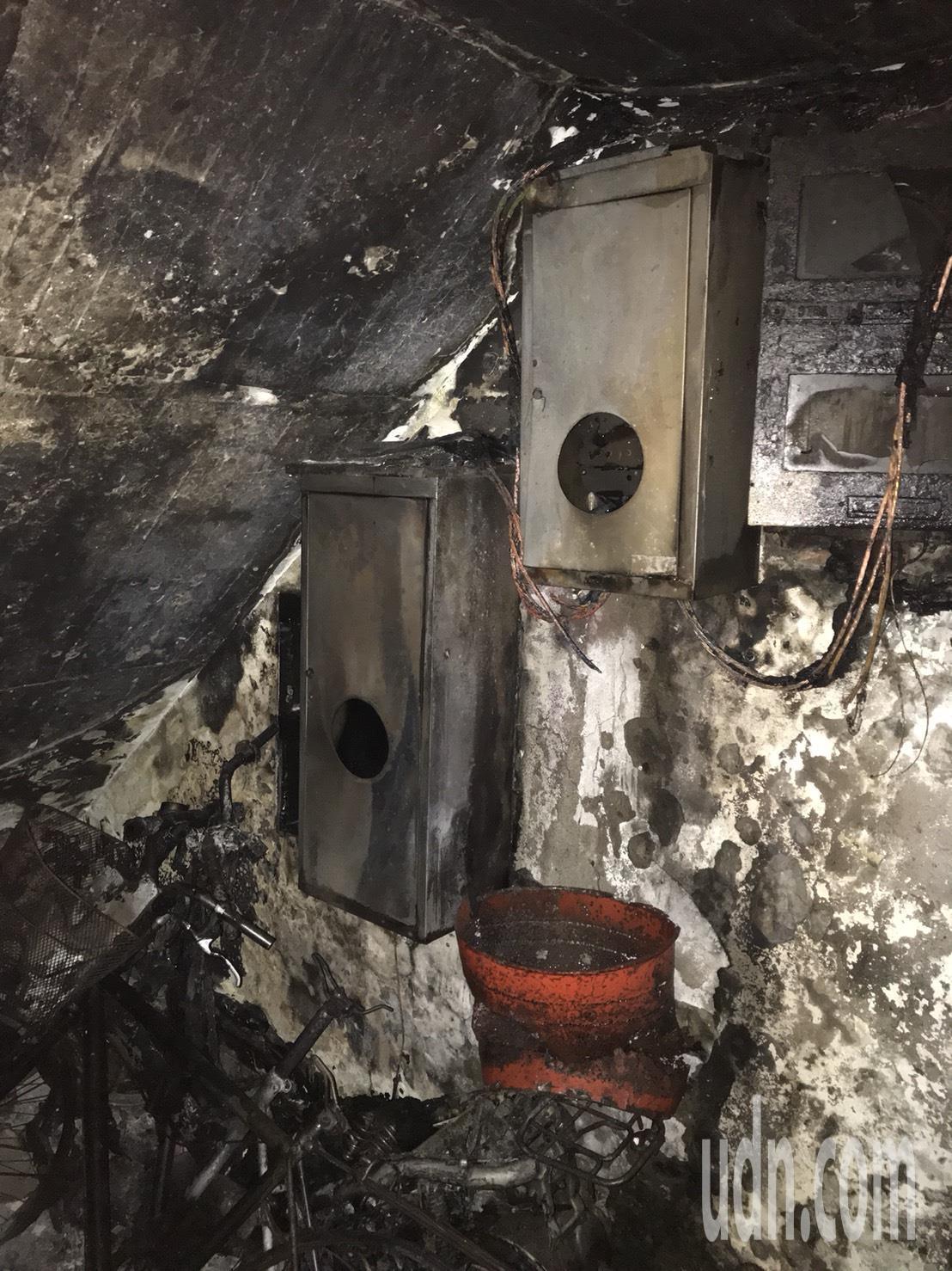 起火點疑為一樓樓梯間的變電箱。記者蕭雅娟/翻攝