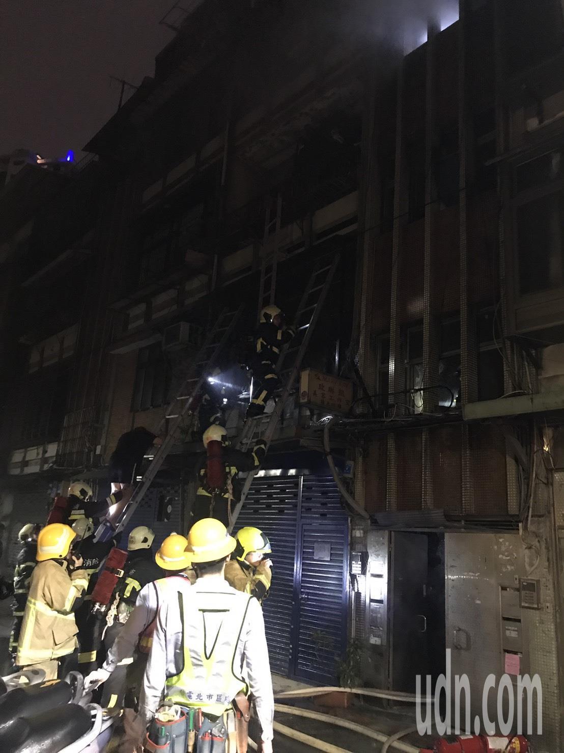 50 年的老公寓今晚驚傳爆炸起火燃燒。記者蕭雅娟/攝影