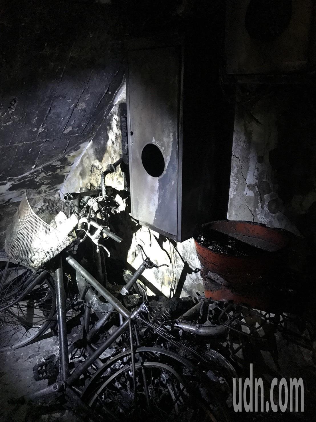 萬華夜間火警,起火點疑為一樓樓梯間的變電箱。記者蕭雅娟/翻攝