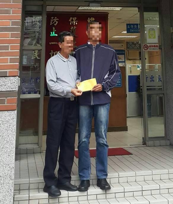 劉姓華僑當面感謝向姓拾金不昧。記者蕭雅娟/翻攝