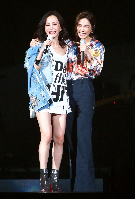出道21年的彭佳慧(左),邀請Ella(右)擔任特別嘉賓,兩人大聊生男生女的經驗