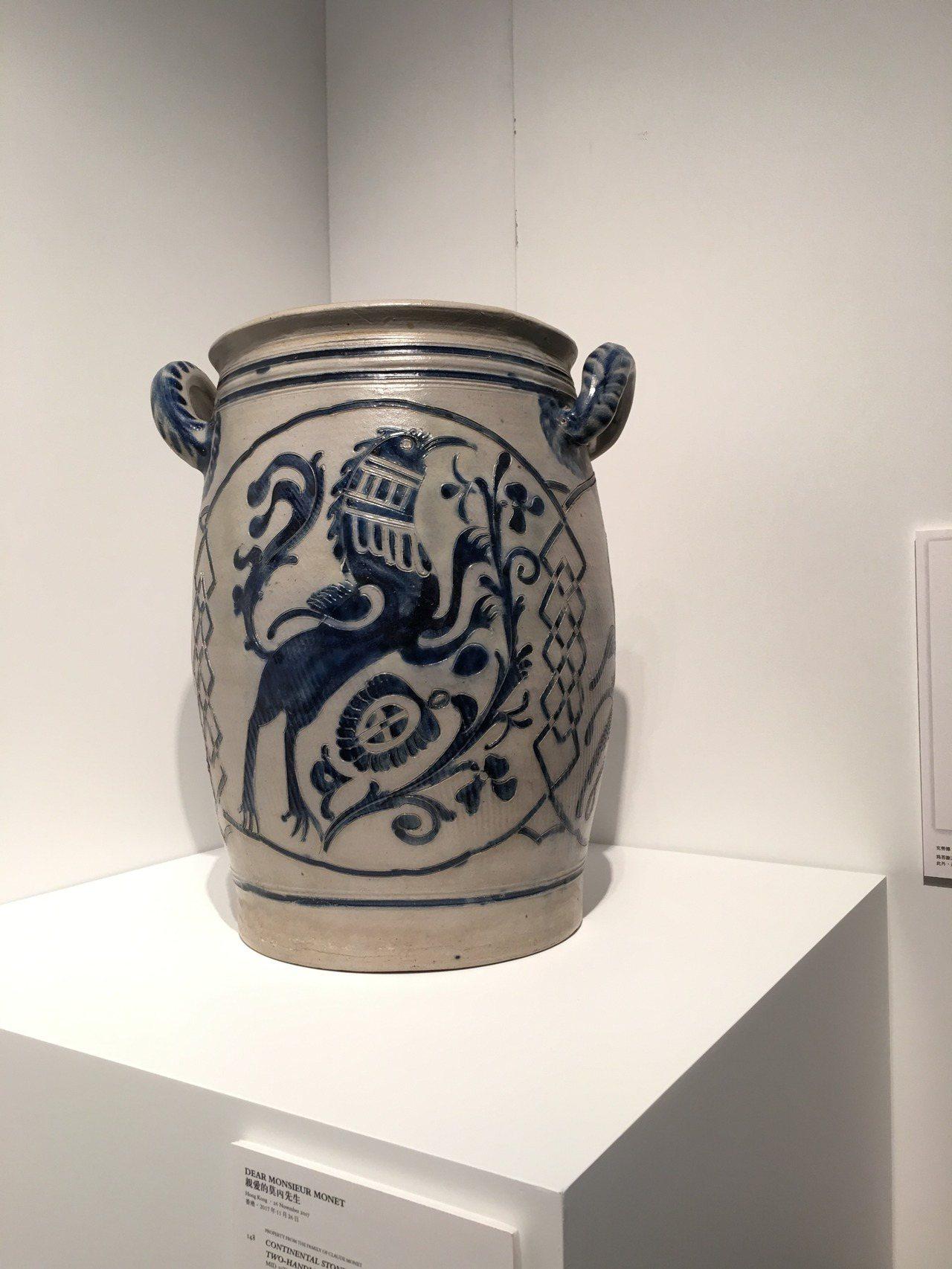 莫內收藏品歐陸式雙柄花瓶,以28萬港幣落槌。記者王惠琳/攝影