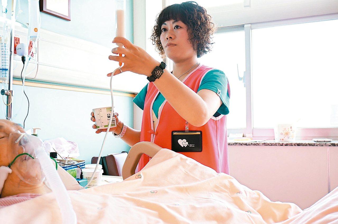 國內醫院看護費用昂貴;少數醫院推動一對多照護模式,並給予在職訓練提高照護品質。 ...