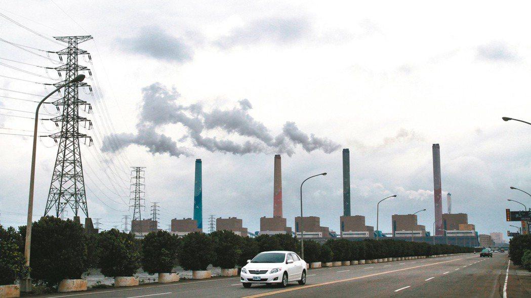 圖為台中火力發電廠。 報系資料照