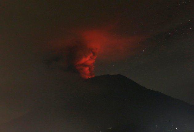 夜間出現橙色光芒的阿貢火山樣貌。 (路透)