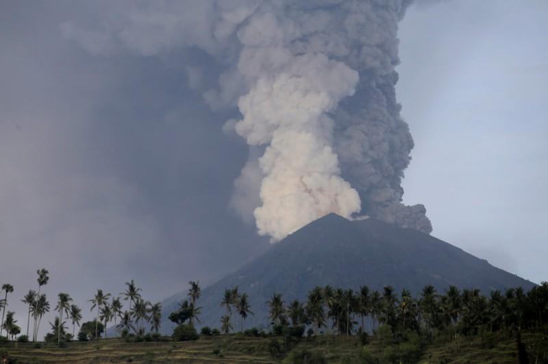 由於火山噴出的蒸氣與火山灰高度,使得峇里島機場關閉。 (路透)