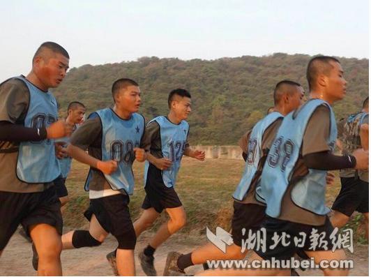 網紅主播彡彡九在進行體能訓練。 圖/取自湖北日報網