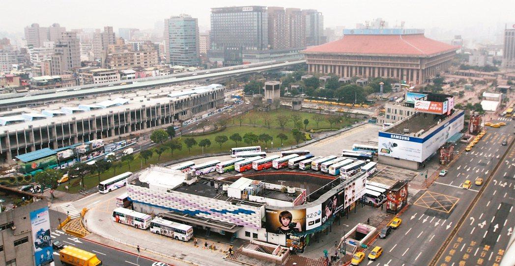 北捷開發台北雙子星案已被台北市長柯文哲否決。主因過去政府主導的大型開發案,常發生...