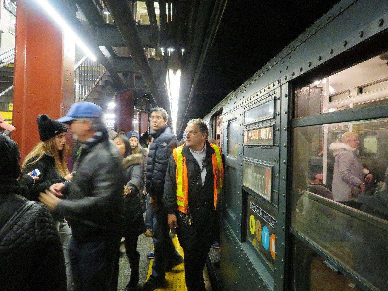 一年一度的紐約假日懷舊地鐵26日開通,吸引大批民眾。(記者陳小寧/攝影)