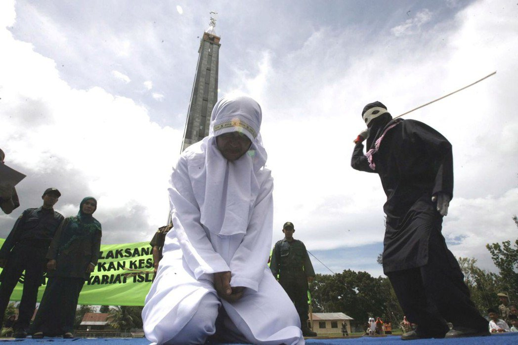 目前全球仍有17國保留鞭刑制度。圖為印尼實施鞭刑的場景。歐新社資料照