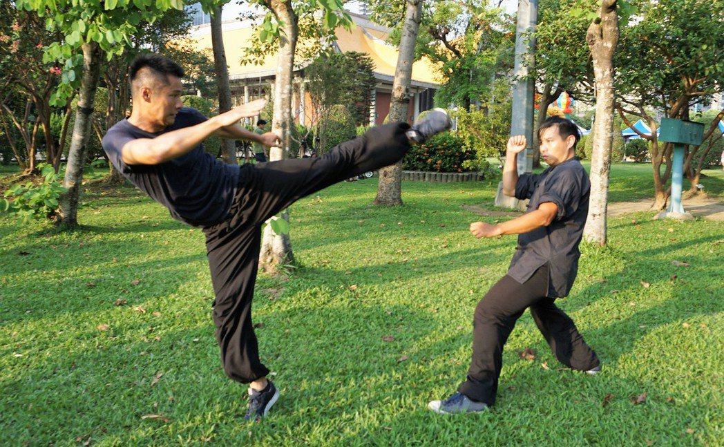 11月27日是國際武打巨星李小龍冥誕,與他同一天生日的新生代演員呂金象(左)立志...