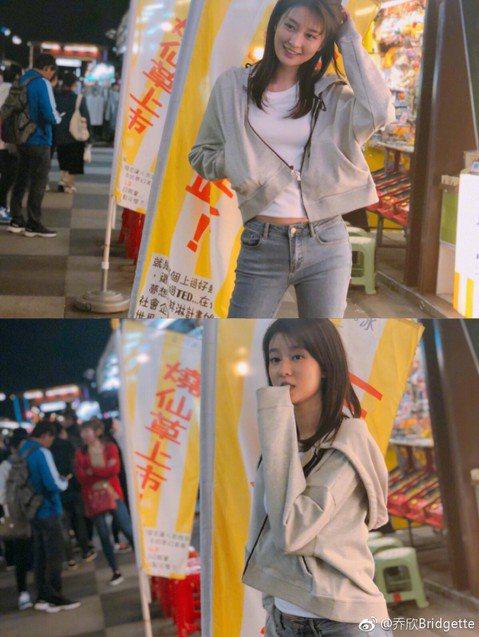在陸劇「琅琊榜」中飾演郡主「宇文念」的大陸女星喬欣,26日在微博曬出一組照片,並寫著「夜(zhu)市(jing)女孩的袖子是仙草味」,據悉,她是為新劇「趁我們來年輕」來台取景,而網友從背景判斷,地點...