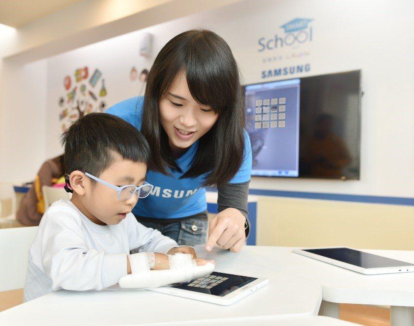 學生體驗操作平板,讓知識學習的管道更加多元。 圖/台灣三星 提供
