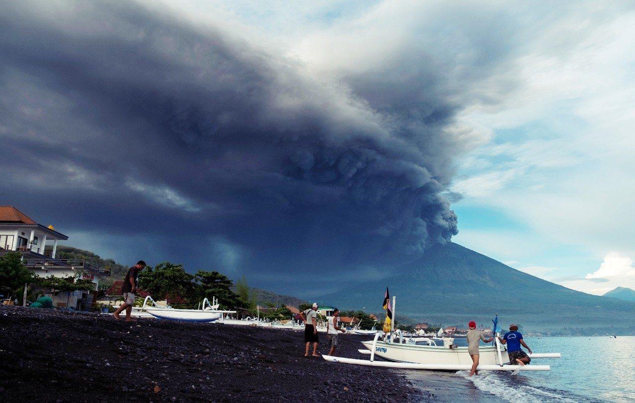 阿貢火山的活動,目前還不會直接影響峇里島濱海休閒安全。 圖/路透社
