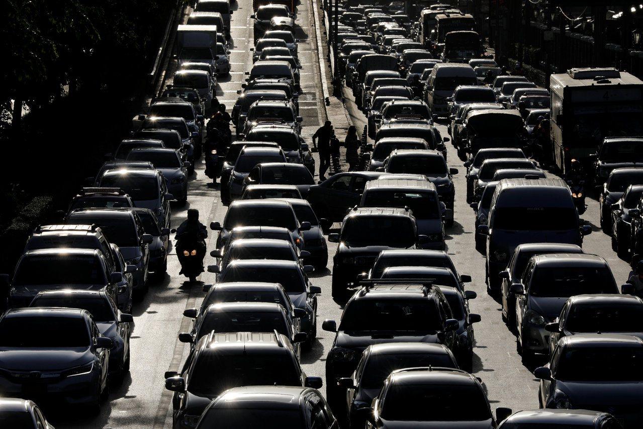 新加坡交通壅挤程度不过世界排名第55,相较于周边邻国(如图中的泰国),根本小巫见...