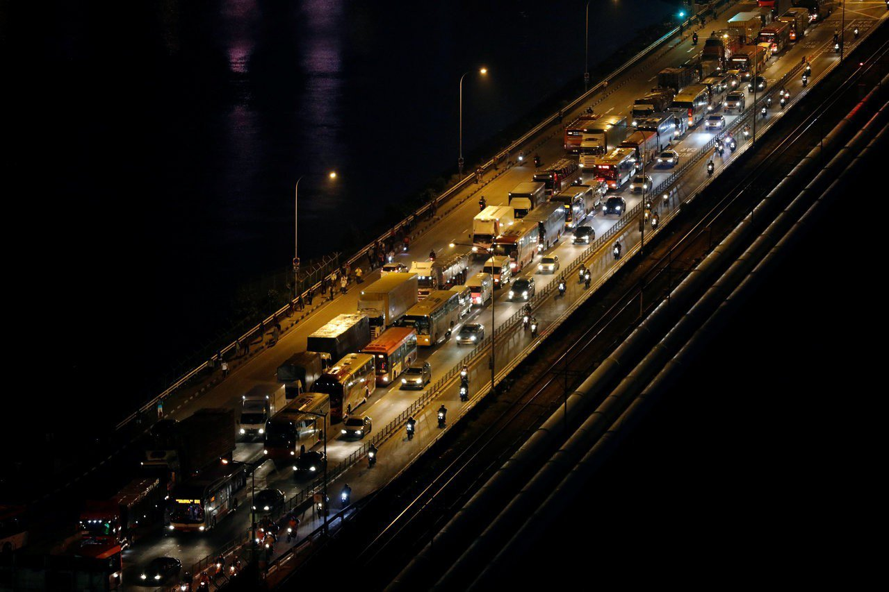 每日往返星马两国间的通勤民众,让新加坡连接马来西亚柔佛新山的新柔长堤,成为新加坡...