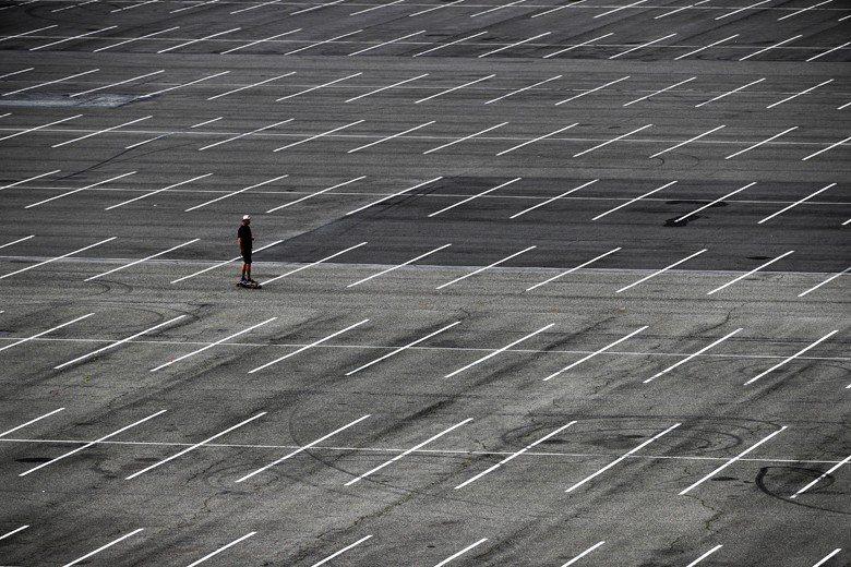 圖為加州一處一望無際的停車場。 圖/美聯社