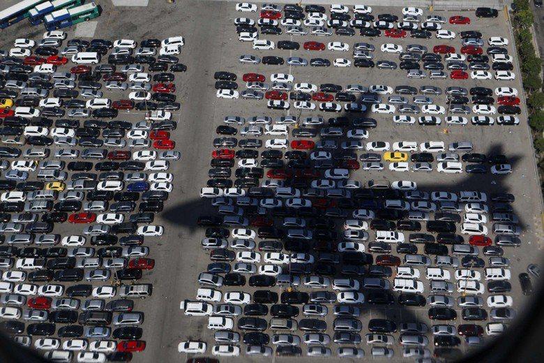 如果世界各國都像美國一樣,每輛車需要四個停車位,那得消耗掉一個法國或西班牙大小的土地面積滿足停車需求。 圖/路透社