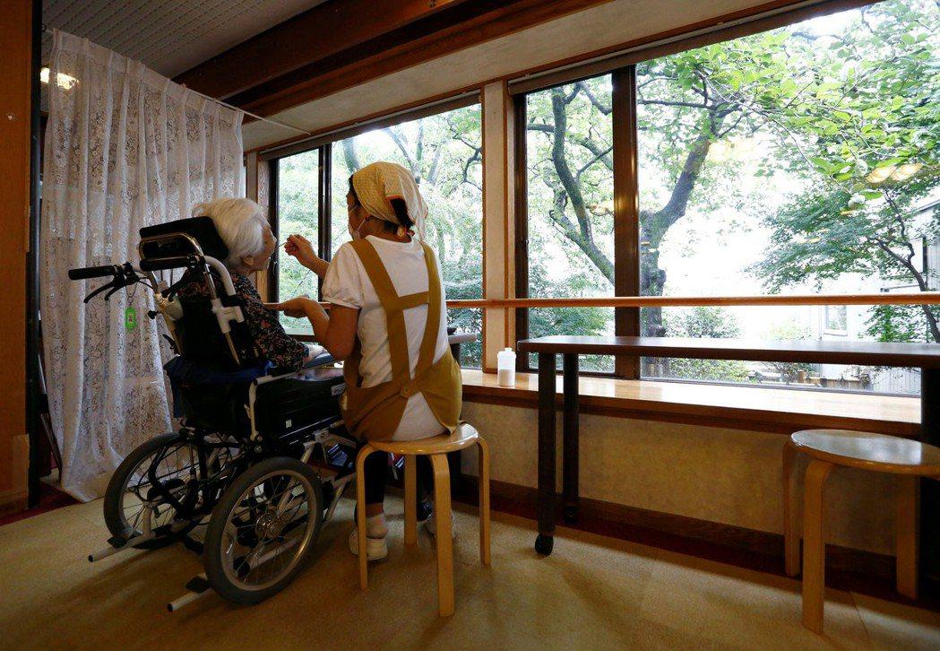 日本到2025年會需要253萬名照服員,屆時將會出現38萬的人力缺口。 圖/...