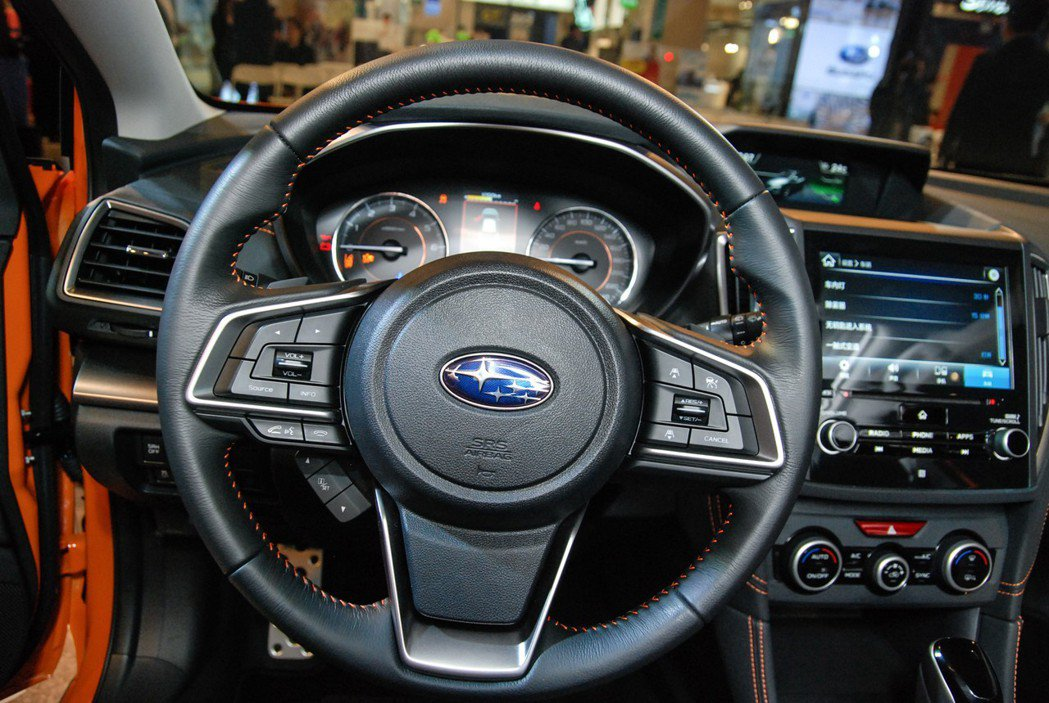 Eyesight 車型除了雙攝像頭外,在方向盤控制按鍵上也所不同,且在行車電腦與控制系統上也與現行車款有別,因此無法進行事後加裝。 記者林鼎智/攝影