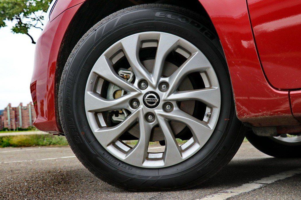 尊爵版本搭配相當有型的17吋雙色削切鋁圈,入門及中階版本則是16吋鋁圈配置。 記...