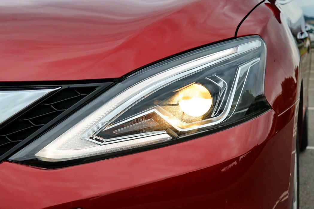 全新設計的魚眼頭燈搭配全反射迴力鏢型LED導光式日行燈。 記者陳威任/攝影