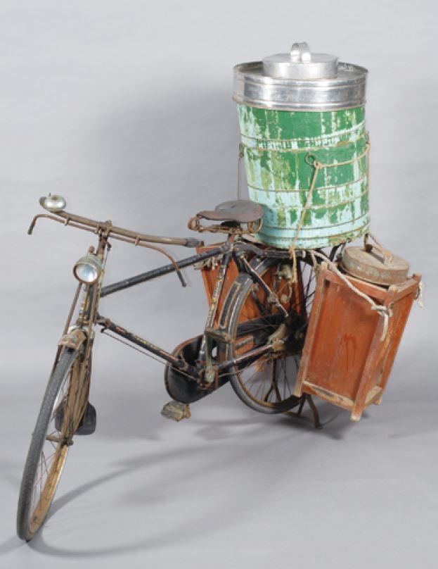 騎著腳踏車沿街叫賣點心或冰飲,是1970年代前的臺灣飲食記憶;今日社會取而代之的...