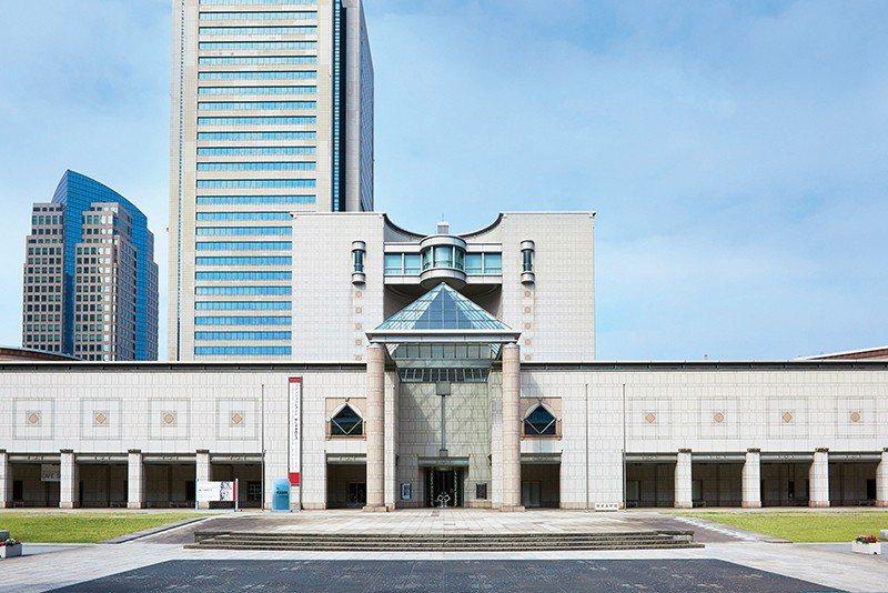 以中央8層樓半圓柱建築為基準點,橫濱美術館正面為左右對稱各180公尺長柱廊。
