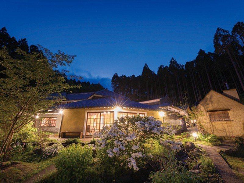 比鄰而居的獨棟客房,天色漸暗後從中庭望向本館的迷人風景。