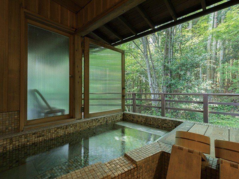 在竹林環繞的半露天風呂中,享受富含鹼性泉質的美肌之湯。
