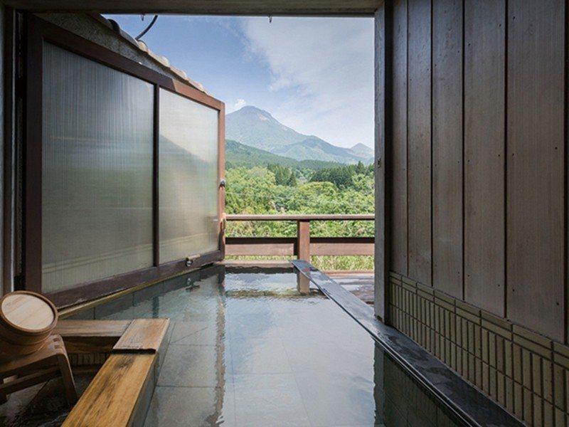 望向窗外,由布院的壯闊美景立即映入眼簾。