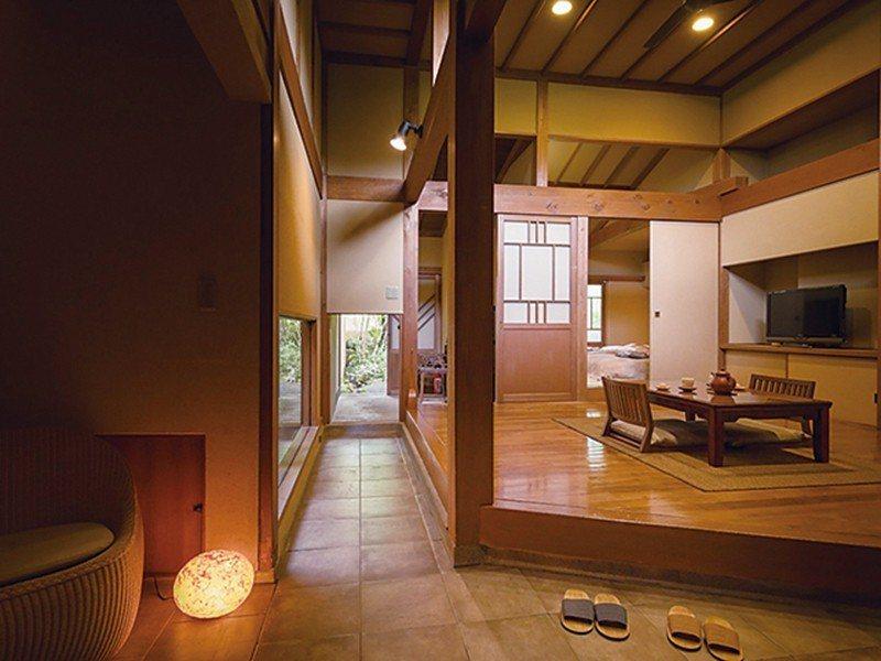 擺設素燒陶器家具的温暖居室。