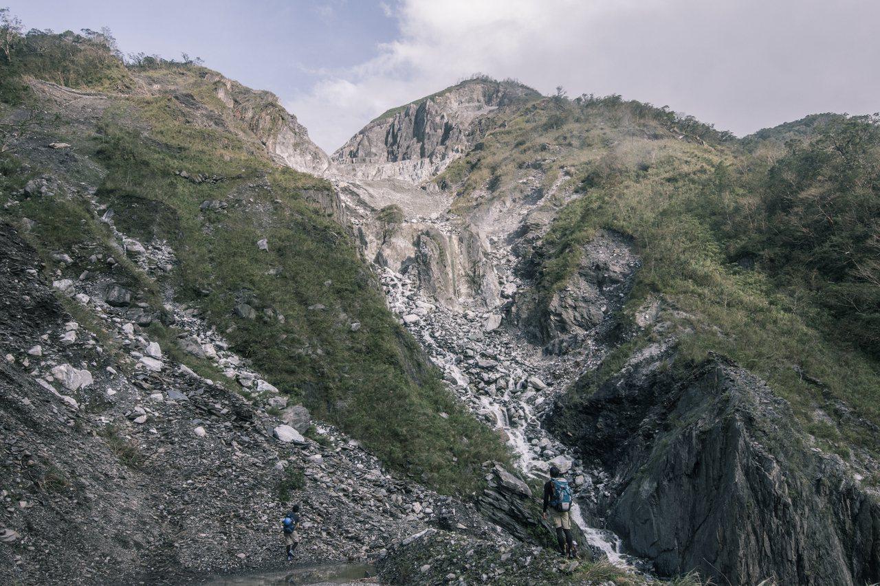 《翻越之後》紀錄片中,也收錄了團隊翻越溪流稜線後看見山巔的礦場。圖/激流勇士提供