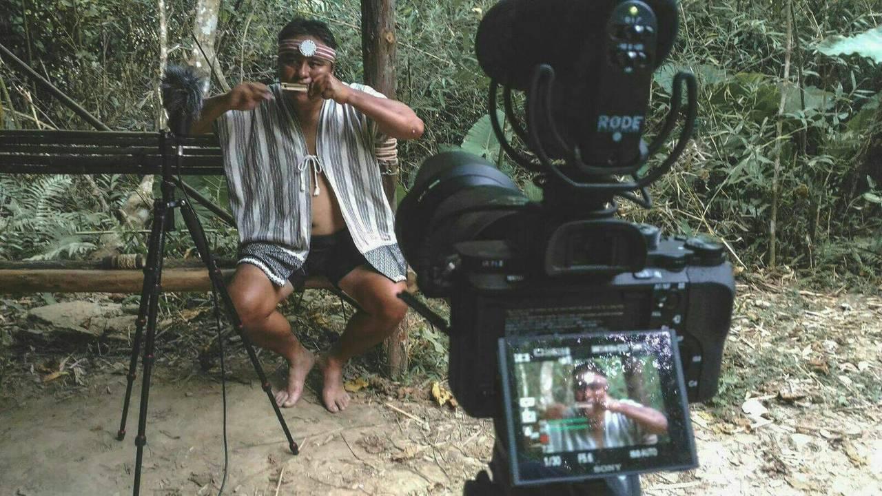 口簧琴是東南亞跟南島語系群都共通的樂器,台灣原住民族人會以繩子扯奏,紀錄片團隊找...