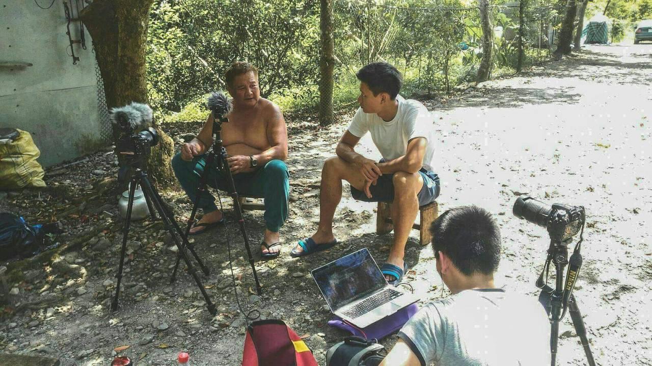 紀錄片團隊走遍各部落,總算找到一名原住民獵人,願意演唱哀歌,並將之收錄在紀錄片中...