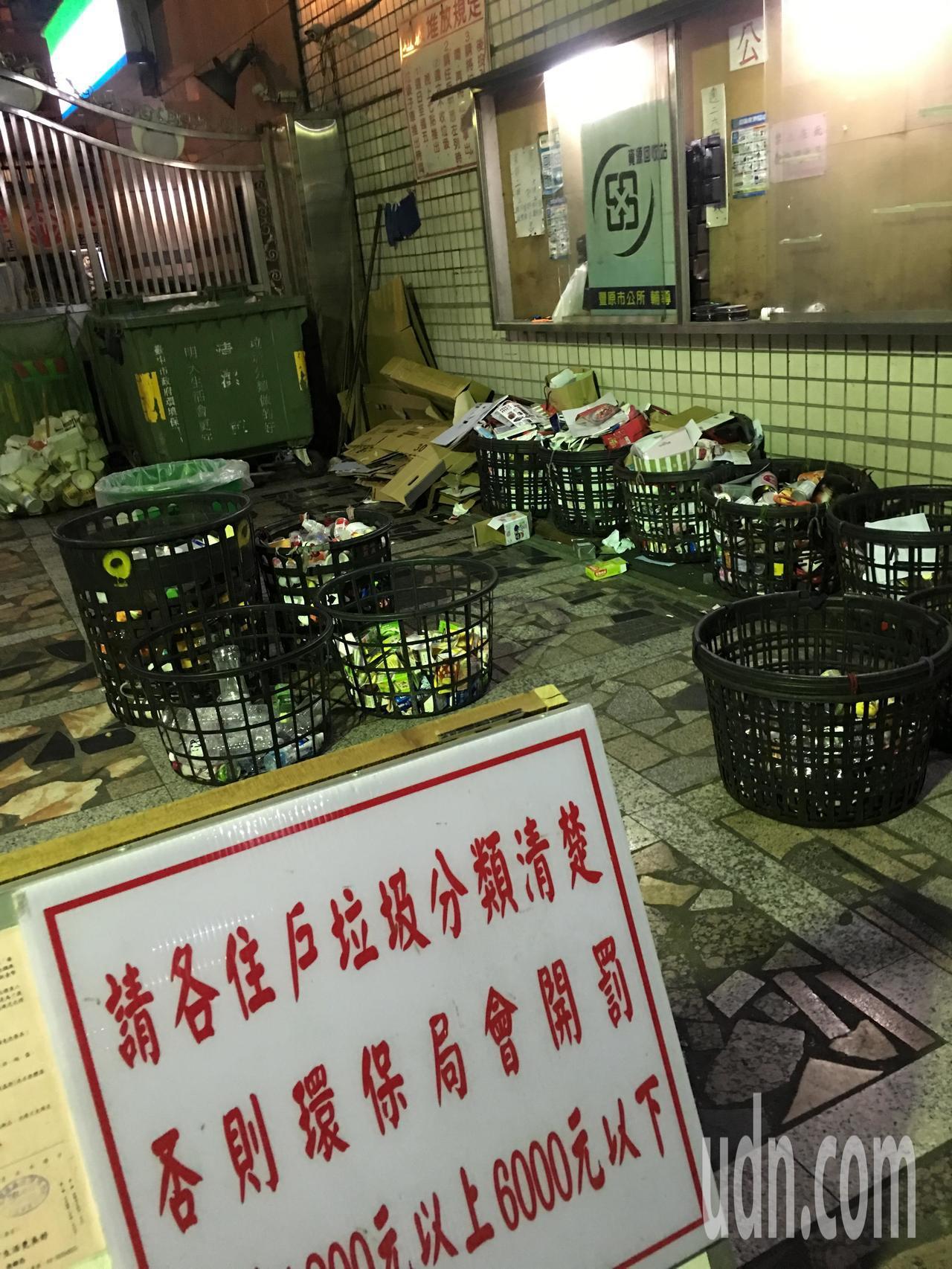 垃圾和廚餘分類越分越細,不少民眾打趣倒垃圾像考試。記者陳秋雲/攝影