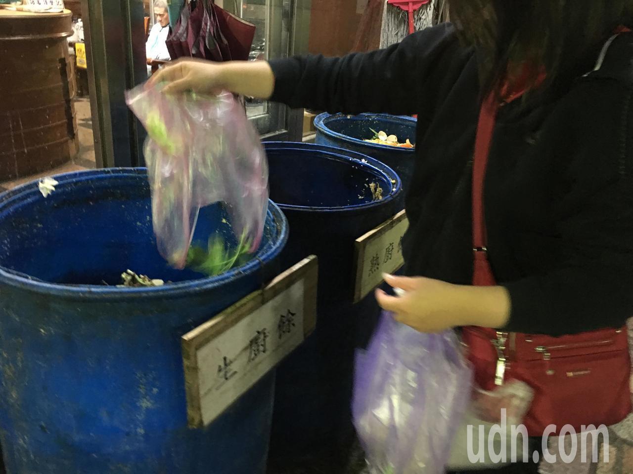 許多民眾愛拿塑膠袋裝廚餘再丟棄。記者陳秋雲/攝影