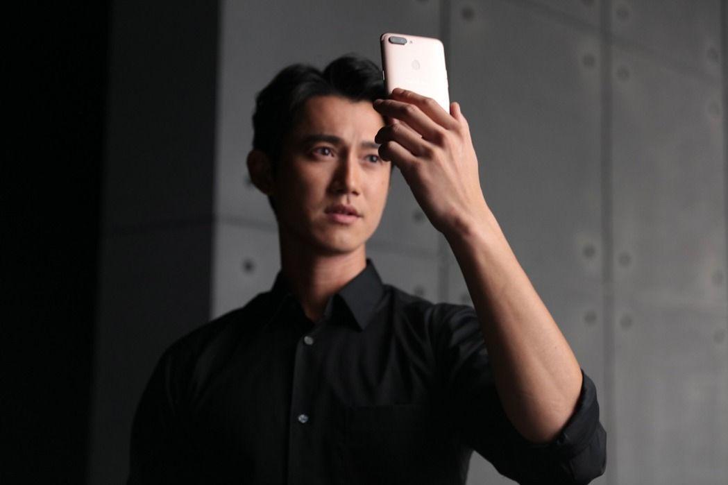 吳慷仁代言大陸品牌手機引發反服貿的話題。圖/OPPO提供