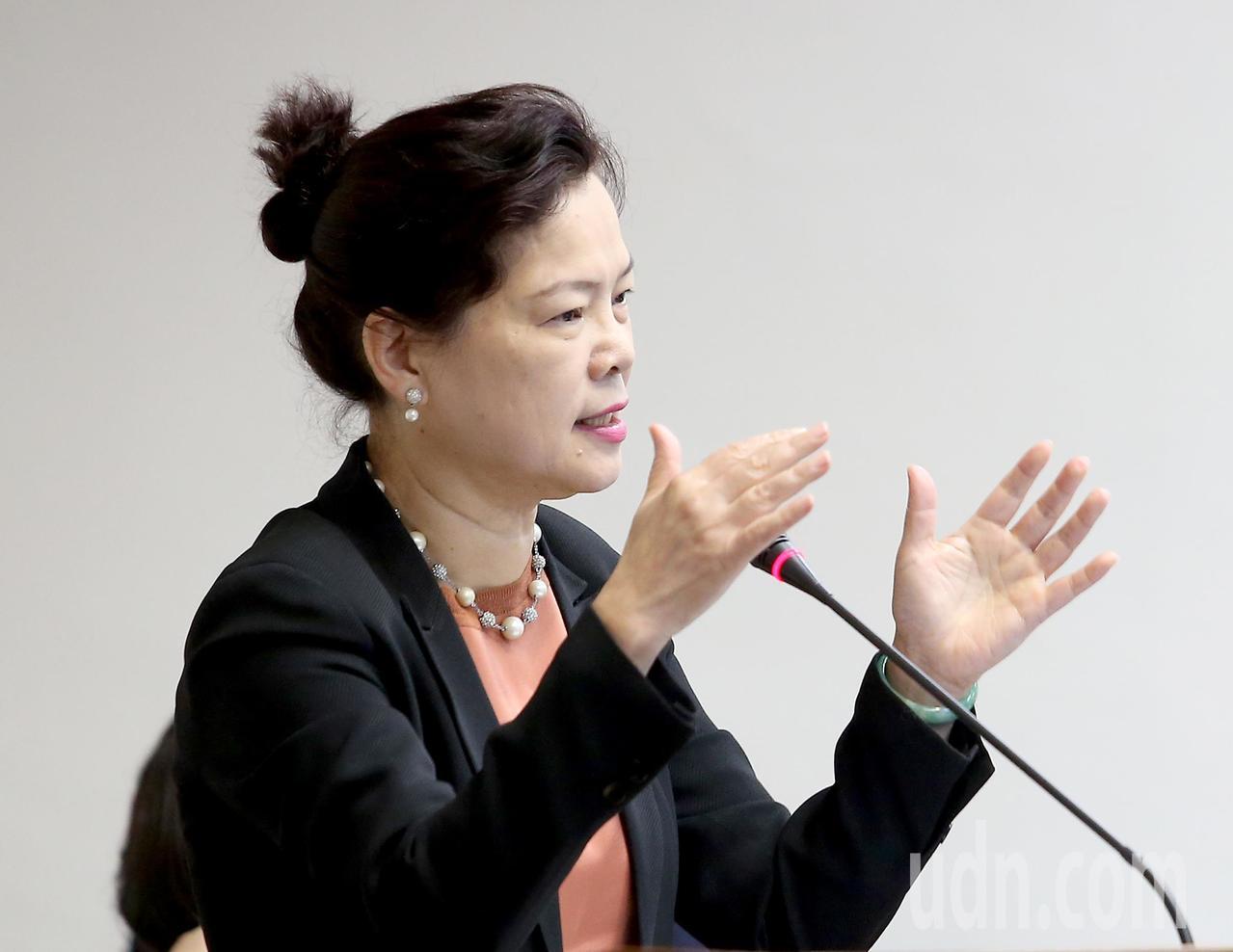 經濟部常務次長王美花選擇上升的「升」作為2017年的經濟代表字。記者余承翰/攝影