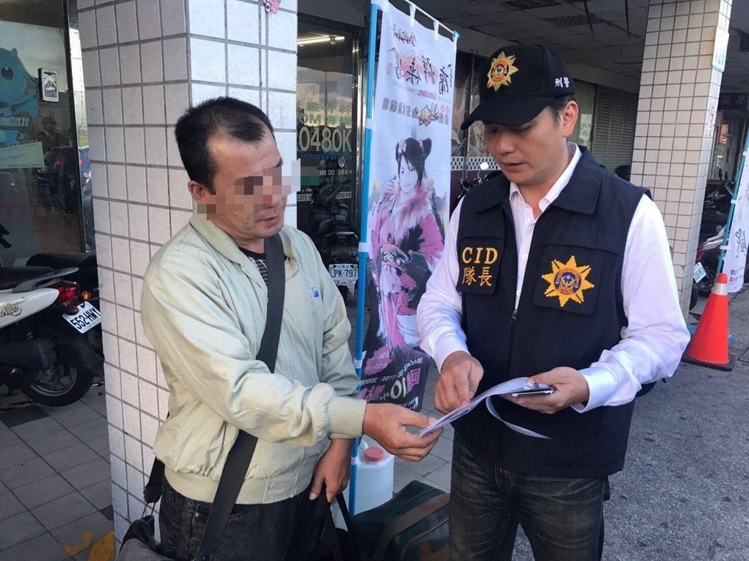 龔男(左)被警方於鳳山一間網咖拘提到案。圖/報系資料照