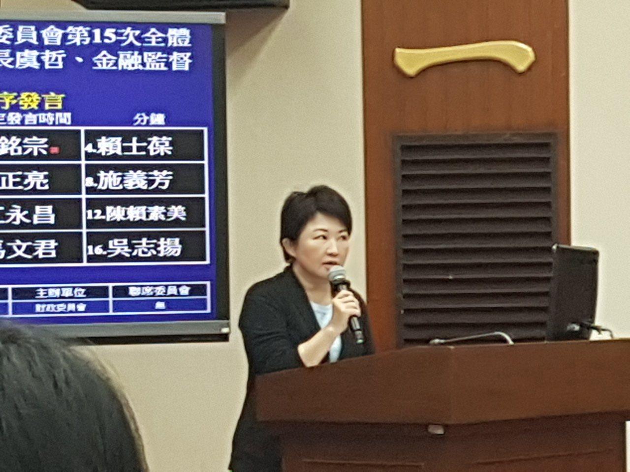 國民黨立委盧秀燕質疑,立法院區隔記者採訪,比中國大陸還不如。記者孫中英攝影。