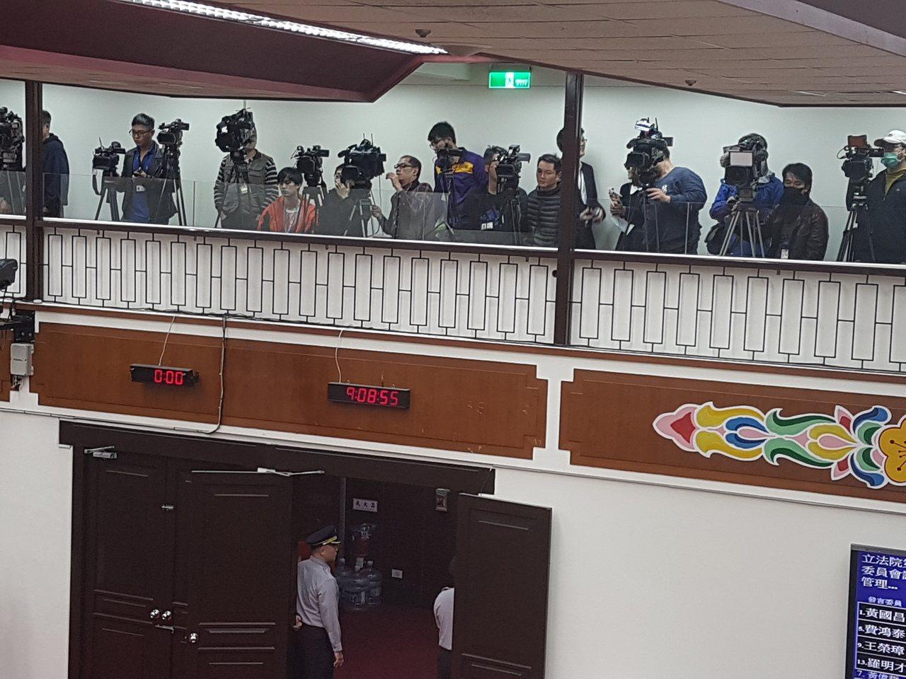 在立法院長蘇嘉全指示下,原先採訪財委會的記者,今天(27日)全被趕到9樓新闢的「...
