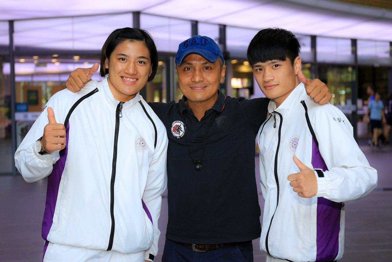 杜柏緯(右)與恩師柯文明教練(中),左為清華體育系另一位拳擊好手陳念琴(左)。圖...