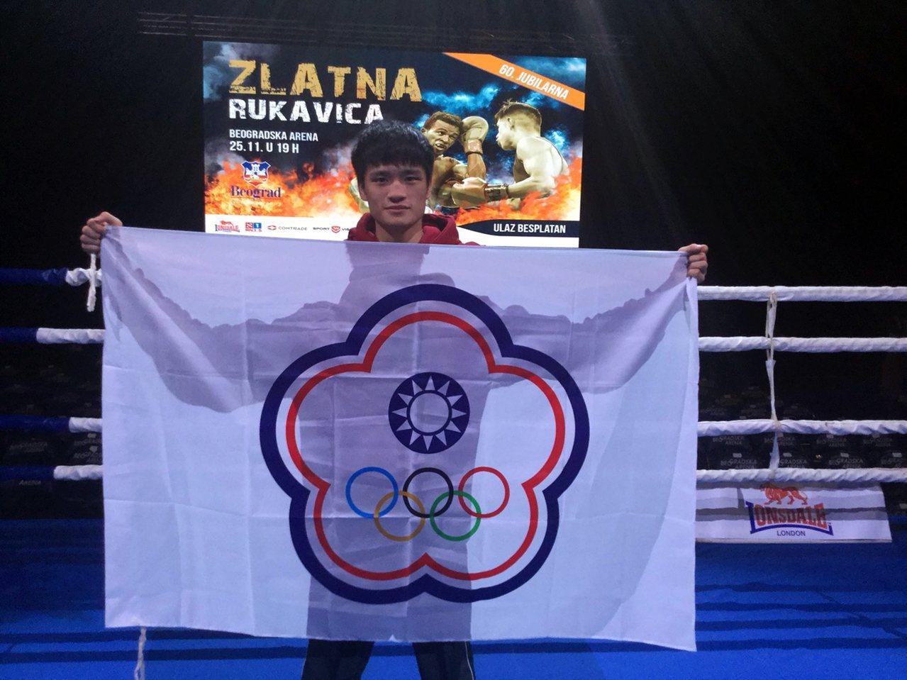 清華體育系二年級學生杜柏緯代表台灣參加塞爾維亞國際拳擊邀請賽,勇奪49公斤量級冠...